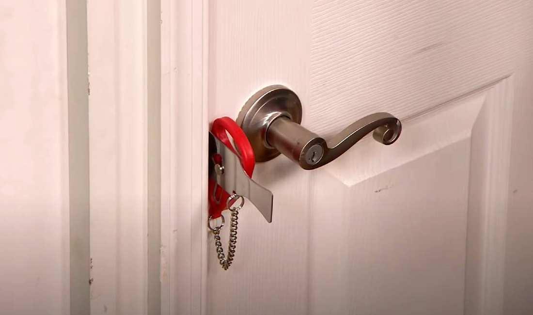 addalock in door with chain